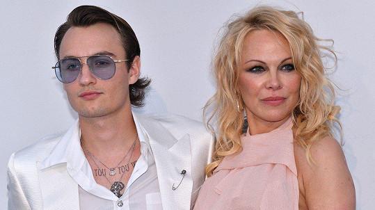 Pamela Anderson vyvedla syna Brandona.