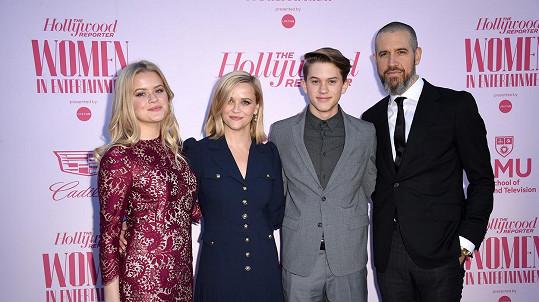 Reese Witherspoon vyvedla krásnou rodinku. Chyběl jen nejmladší syn Tennessee (7).