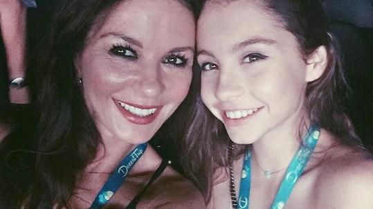 Catherine Zeta-Jones s dcerou Carys na koncertě Rolling Stones