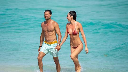 David Charvet vyrazil na pláž s neznámou kráskou.