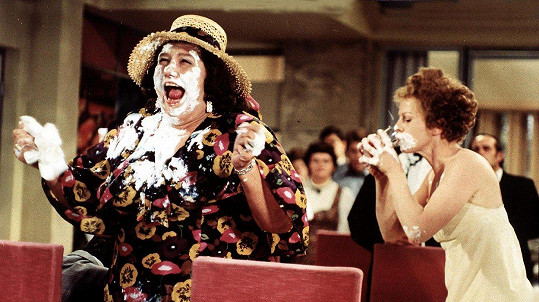 Což takhle dát si špenát (1977) patří ke slavným Vorlíčkovým komediím. Na snímku Helena Růžičková (vlevo) s Ivou Janžurovou