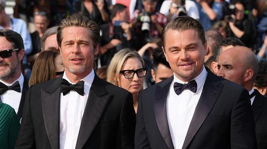 Brad Pitt a Leonardo DiCaprio na premiéře Tenkrát v Hollywoodu
