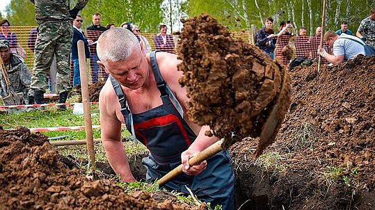 V kopání hrobů se dá i soutěžit.