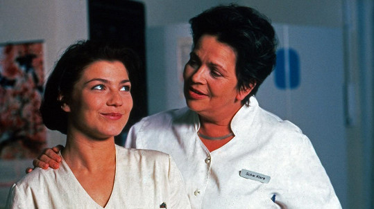 Claudia Schmutzler jako sestřička Stephanie Wilde (vlevo)