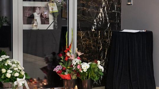 Milan Lasica zemřel na prknech divadla Štúdio L+S. Před vchodem vzniklo pietní místo.