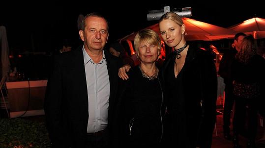 Karolína Kurková s rodiči