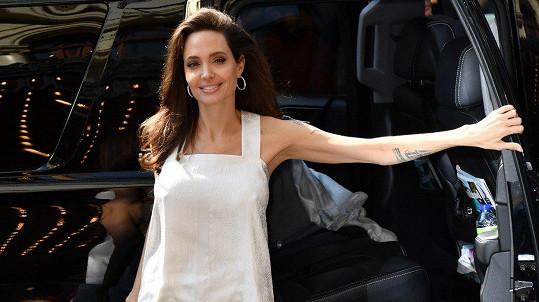 Angelina Jolie je zpět na trůnu nepsaných královen krásy stříbrného plátna.