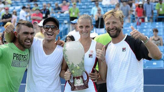 Karolína Plíšková a Michal Hrdlička (druhý zleva) po turnajovém vítězství v Cincinnati