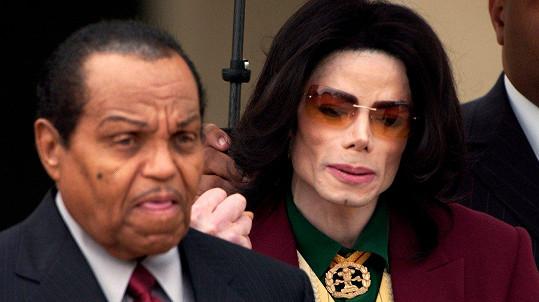 Joe Jackson (vlevo) odešel na onen svět za svým synem Michaelem.