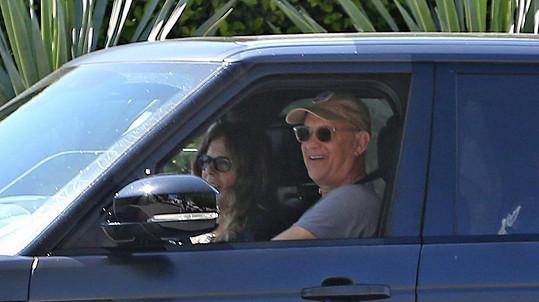 Tom Hanks a Rita Wilson jsou zpět v USA.