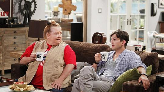 Conchata Ferrell jako hospodyně Berta v seriálu Dva a půl chlapa (na snímku s Ashtonem Kutcherem)