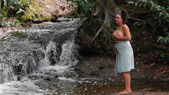 Lisa Appleton se koupe v potoce.