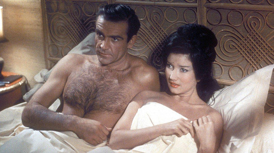 Eunice Gayson a Sean Connery ve filmu Dr. No (1962)