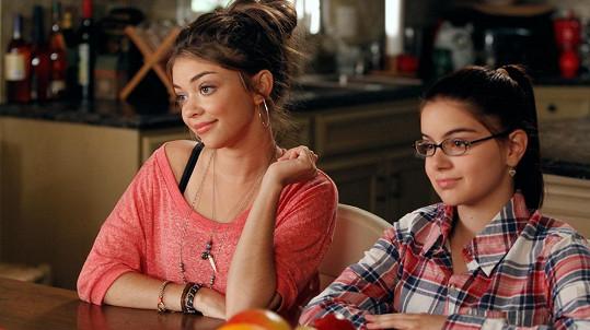 Sarah Hyland a Ariel Winter jako Haley a Alex v seriálu Taková moderní rodinka