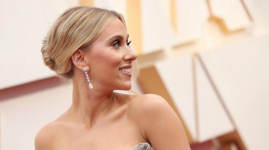 Scarlett Johansson vynesla šperky za pořádný balík.