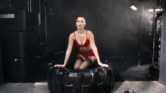 Bella Hadid umí pány potěšit...