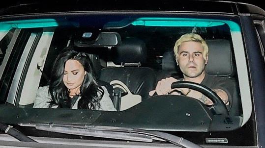 Demi na cestě z léčebny s novým partnerem