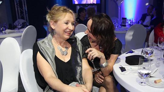 Tatiana Vilhelmová si s maminkou užívala na brněnském plese.
