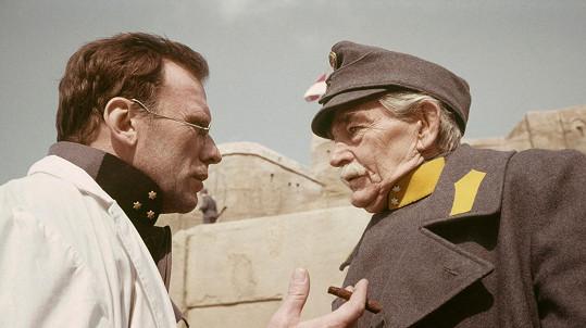 Rolf Wanka (vpravo) ve svém posledním celovečerním filmu Tatarská poušť (1976).