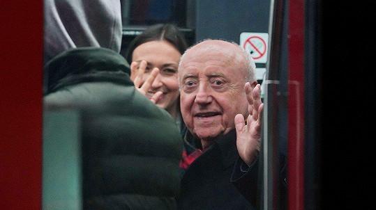 Felix Slováček odjel z večírku tramvají. Společnost mu dělala mladší přítelkyně.