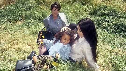 Kim Kardashian pózovala s matkou a dcerou.