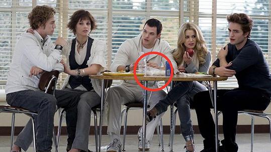 Kellan Lutz (uprostřed) ve scéně, která nedala mnohým fanouškům spát.