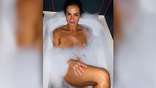 Hanka Kynychová relaxovala ve vaně.