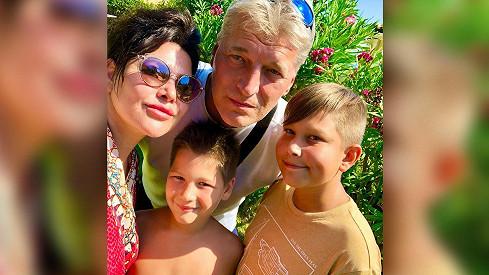 Ilona Csáková s rodinou