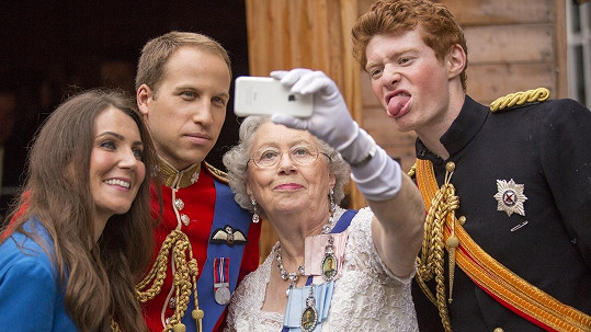 Královna Alžběta II., princové William s Harrym a vévodkyně Kate by ve skutečnosti do selfie asi nešli...