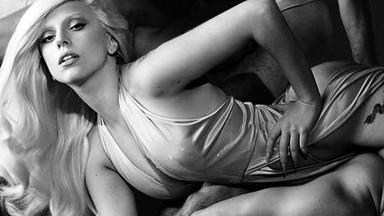 Lady Gaga vypadá v reklamě skvěle...
