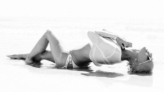 Zuza pózuje na pláži.