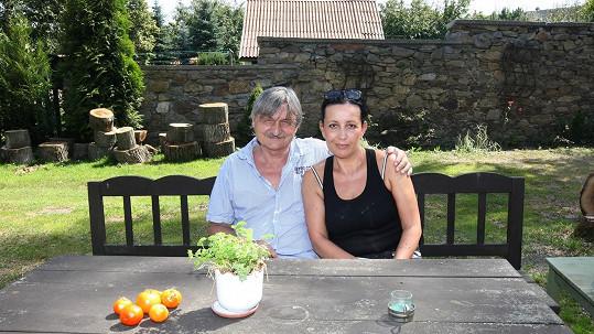 Pavel Soukup s manželkou odpočívá na chalupě.