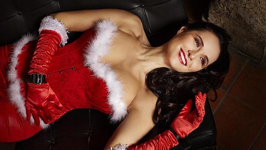 Talentovaná jazzová diva se proměnila v sexy asistentku Santy.