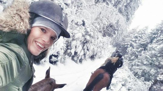 Míša Gemrotová na rozdíl od Popelky na koni nosí helmu.
