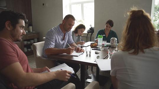 Vojta Kotek (vlevo) na čtené zkoušce filmu Známi Neznámi.