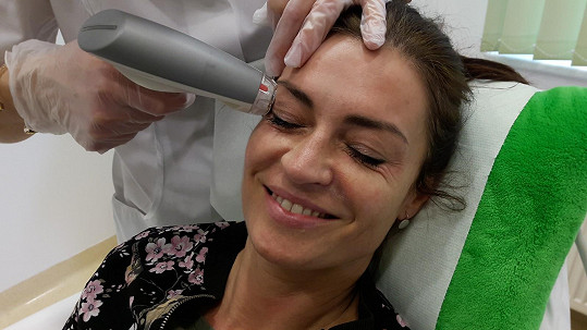 Hanku trápí vrásky a povolená kůže v oblasti očí.