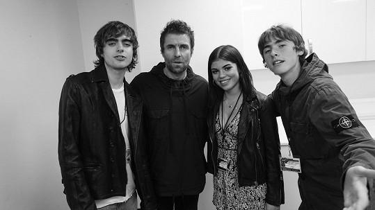 Zleva: syn Lennon, Liam Gallagher, dcera Molly a syn Gene