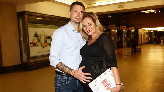 Tomáš Horna s tehdy ještě těhotnou partnerkou Monikou Absolonovou