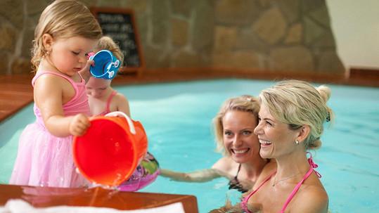 Blond moderátorky v bazénu s dcerkami