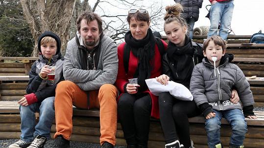 Lenka Vlasáková a Jan Dolanský s rodinou