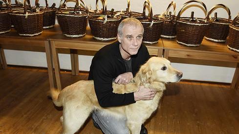 Velkým parťákem hlavního hrdiny je pes Egon.