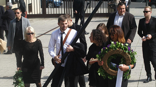 Veronika Žilková s rodinou a s ochrankou