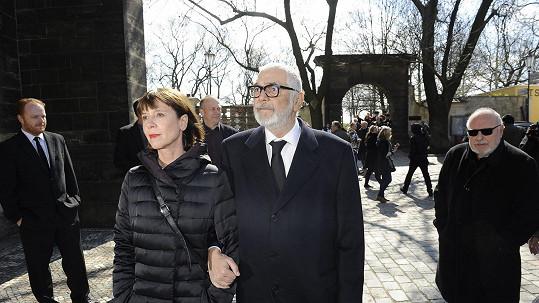 Jiří Bartoška s manželkou na pohřbu Miroslava Ondříčka