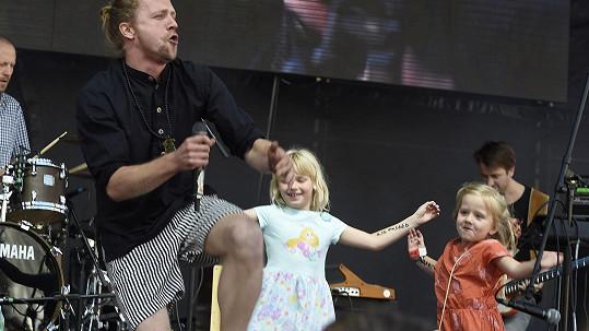 Tomáš Klus s dcerou Josefínou (vpravo) a její kamarádkou