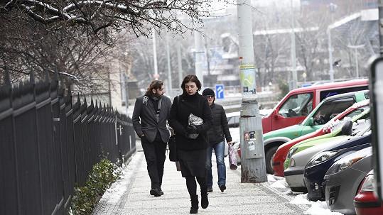 Klára Hanušová s urnou kráčí ke kostelu.