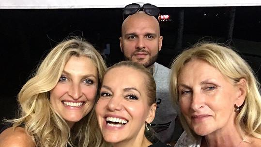 Dara se s námi podělila o společnou selfie s Patrikem, Terezou a její maminkou.