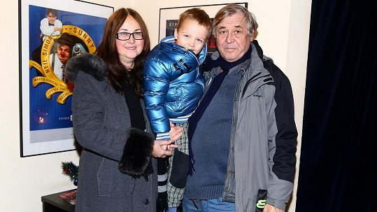 Zdeněk Žák s manželkou a vnoučkem