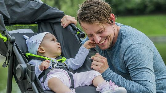 Štěpán Benoni se seriálovou dcerkou, kterou hraje malý Albert