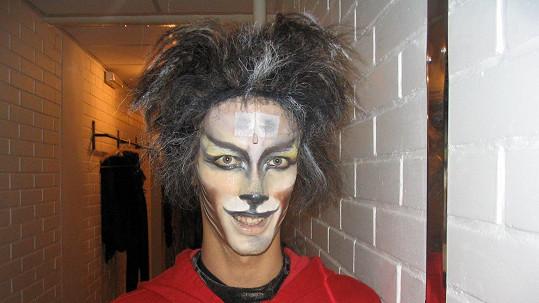 Masku kocoura si Laco Hudec dokáže na tvář namalovat sám.