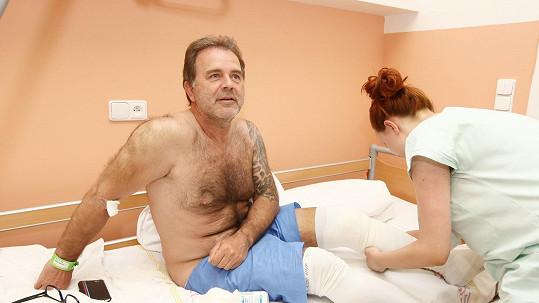 Jakub Smolík musel na operaci.
